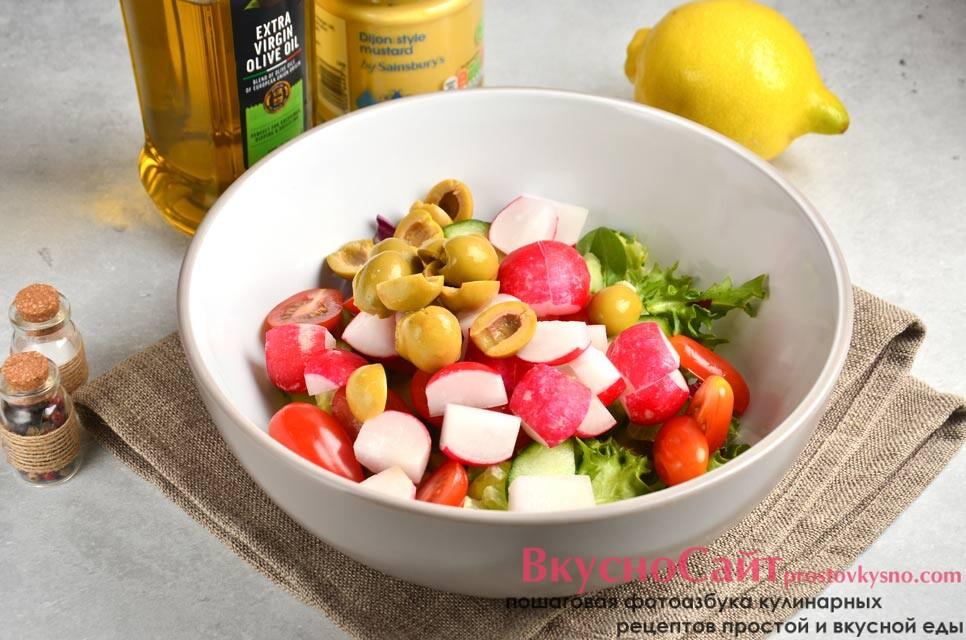 маслины без косточек нарезаю половинками и перекладываю к овощам