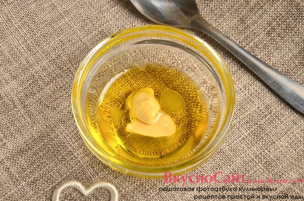 делаю заправку из растительного масла, горчицы и сока лимона, тщательно перемешиваю