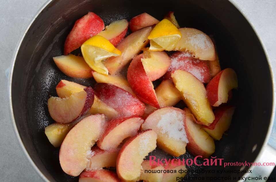 засыпаю фрукты сахаром, выжимаю сок лимона и отправляю дольки сюда же