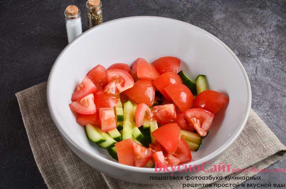 помидоры нарезаю кубиками и отправляю к огурцу