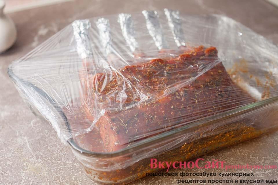 свиную корейку закрываю пищевой пленкой и ставлю в холодильник на 1-2 часа