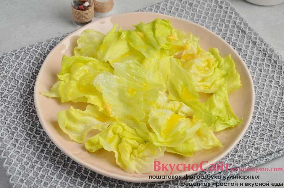листья салата рву на небольшие кусочки и выкладываю на тарелку, поливаю соусом