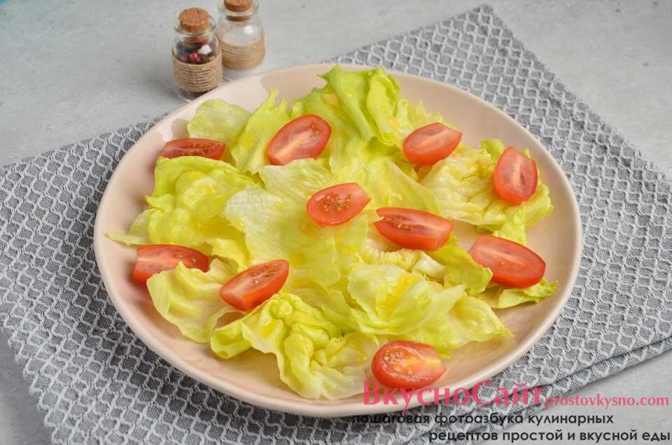 сверху выкладываю нарезанные половинками томаты, поливаю соусом