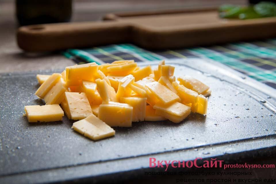 сыр крошу кубиками