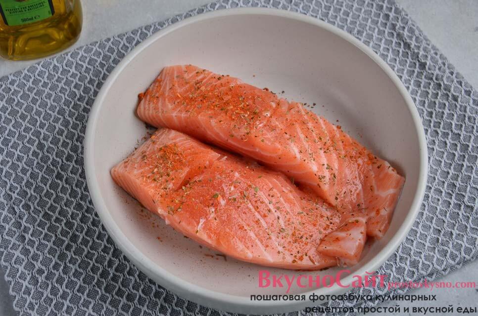 перекладываю кусочки лосося в миску, сверху немного солю и сыплю специи, травы