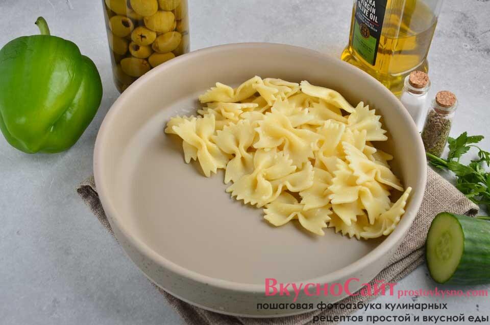 сваренную и остывшую пасту кладу в большой удобный салатник