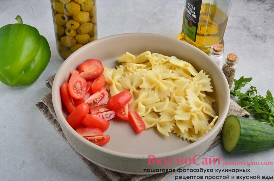 нарезаю сочные, спелые помидоры и отправляю в миску