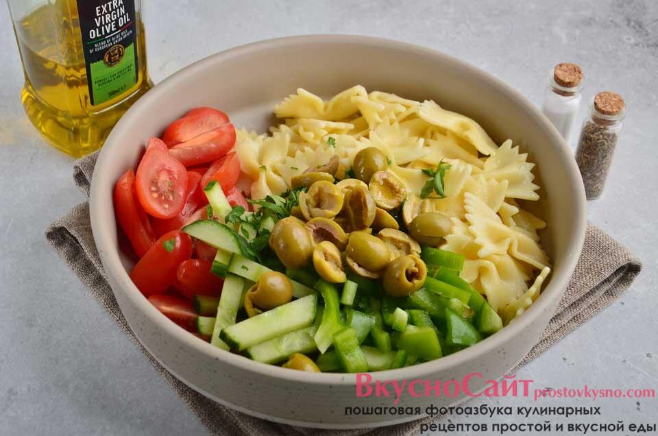 маслины разрезаю на половинки, далее заправляю салат маслом и солю, перемешиваю