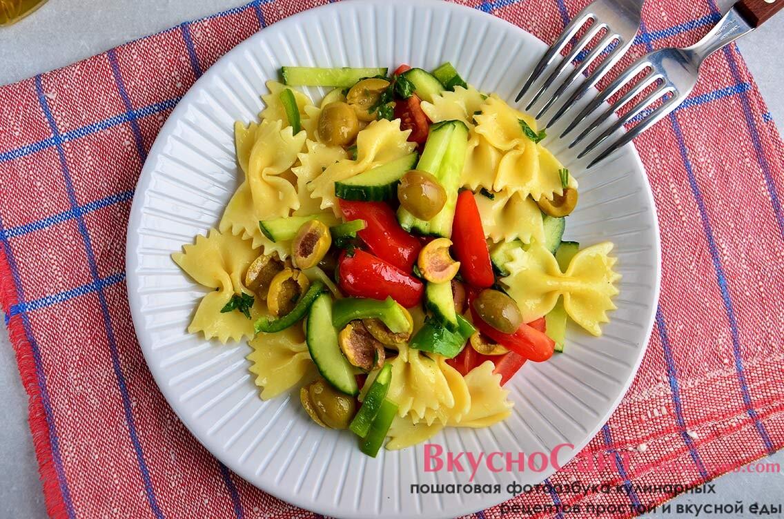 Итальянский салат с пастой и маслинами