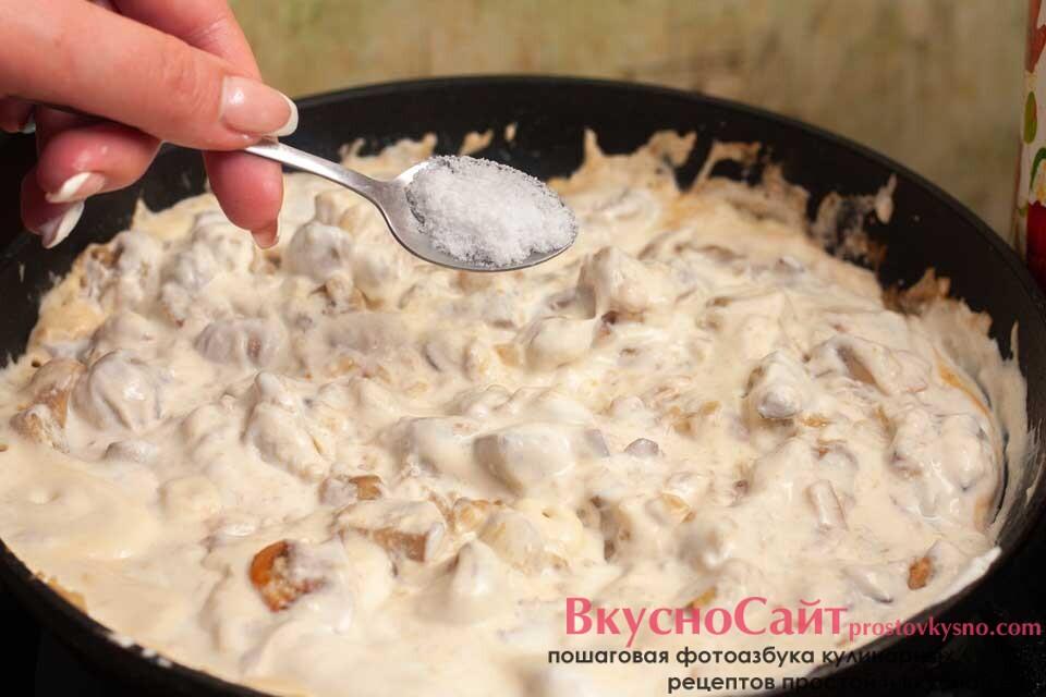 довожу грибную подливу по вкусу, добавляю соль и продолжаю обжаривать
