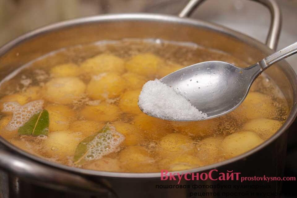 добавляю в кастрюлю с картошкой соль и лавровый лист, варю до готовности