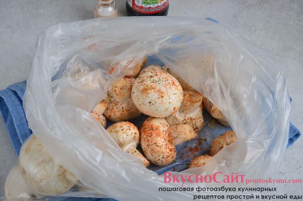 мою грибы и укладываю их в плотный целлофановый пакет, добавляю в пакет немного соли, специи и микс сушеных трав