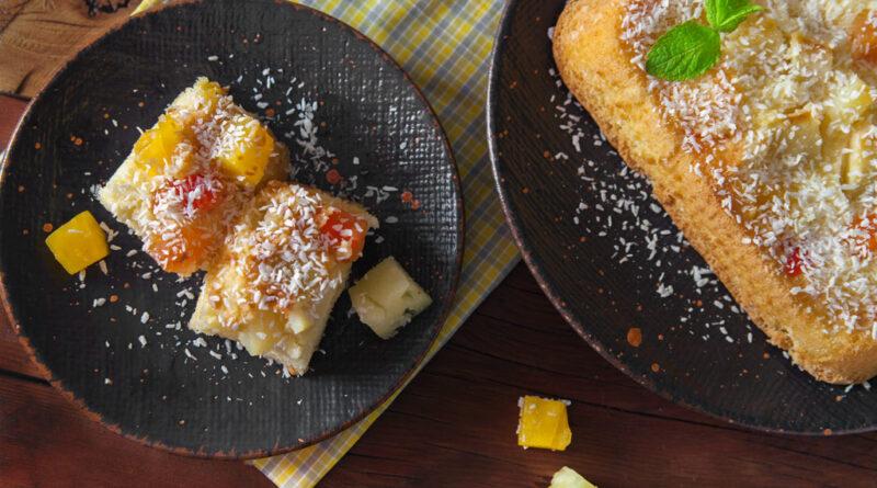 Шарлотка с консервированными ананасами