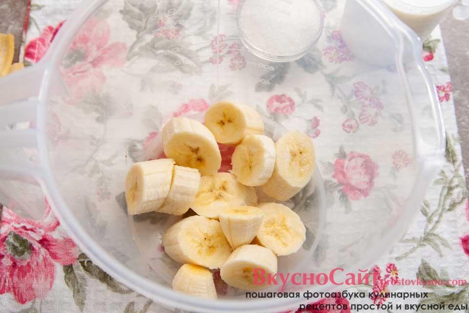 кружочки банана перекладываю в чащу блендера