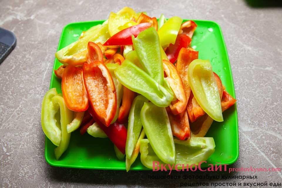 сладкий перец чищу от семян и немного его измельчаю
