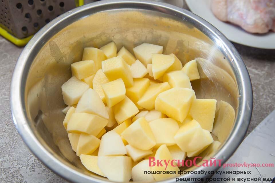 картофель нарезаю не очень крупным кубиком