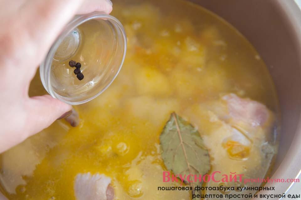 добавляю в суп лавровый лист и душистый перец