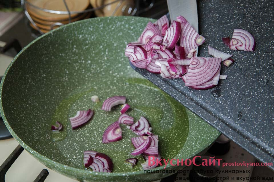 отправлю измельченный лук на раскаленную сковороду с небольшим количеством оливкового масло