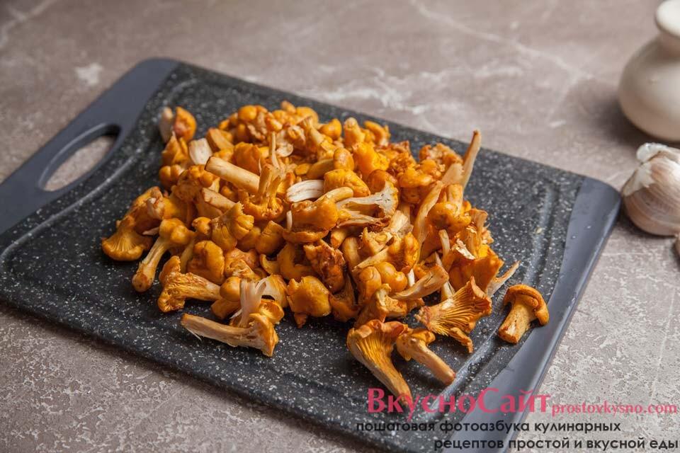 грибы мою, при необходимости чищу, крупные лисички разрезаю на 2-4 части
