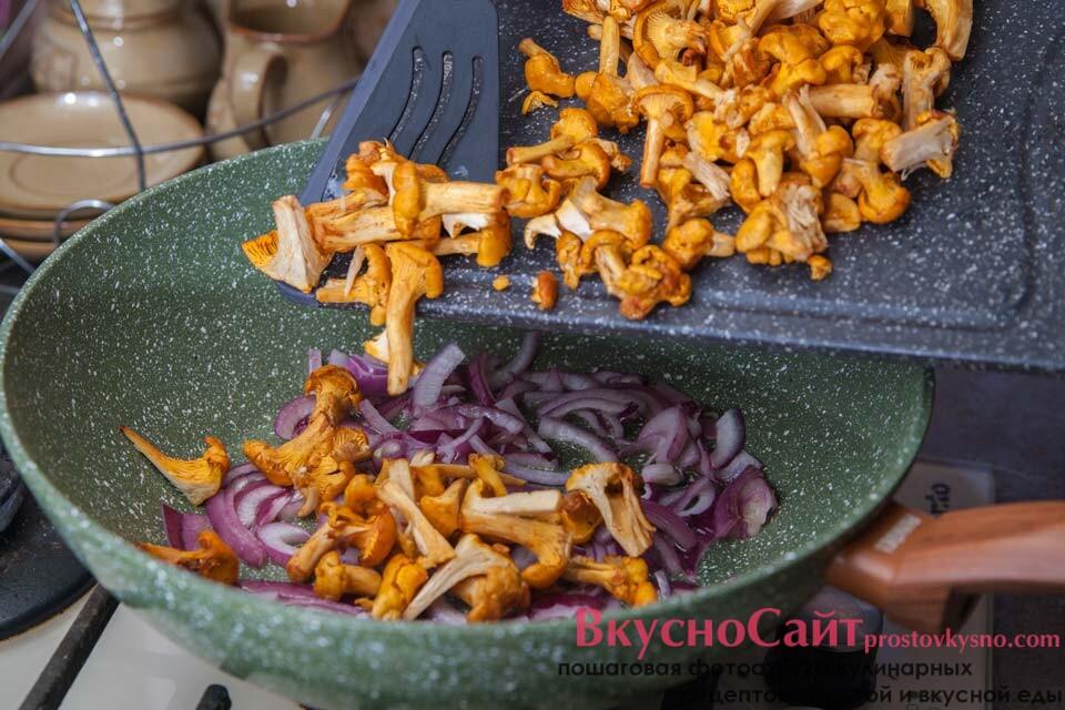 измельчённые грибы добавляю в сковороду к луку