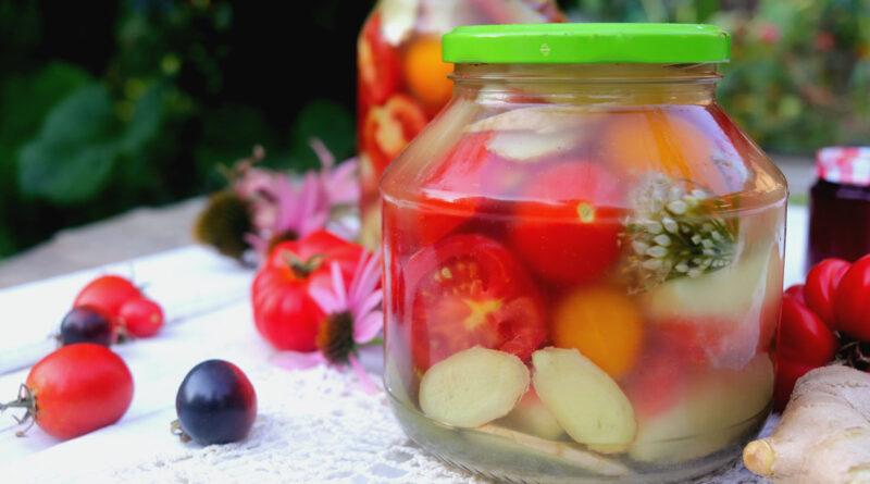 Маринованные дольки томатов с корочками арбуза и васаби