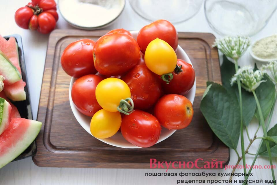 подготавливаю томаты для консервирования: мою, удаляю плодоножки и разрезаю пополам