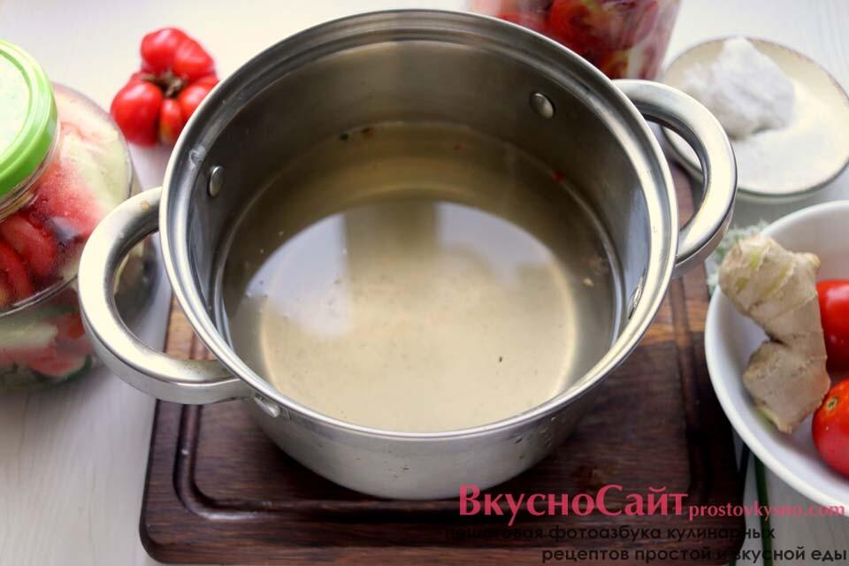 готовлю маринад на основе воды из банок, добавляю в воду сахар и соль, довожу до кипения, затем наливаю столовый уксус в маринад и сразу наполняю им баночки с томатами