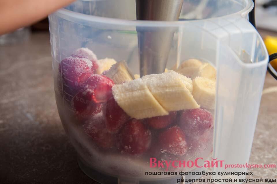кусочки фруктов пюрирую погружным блендером
