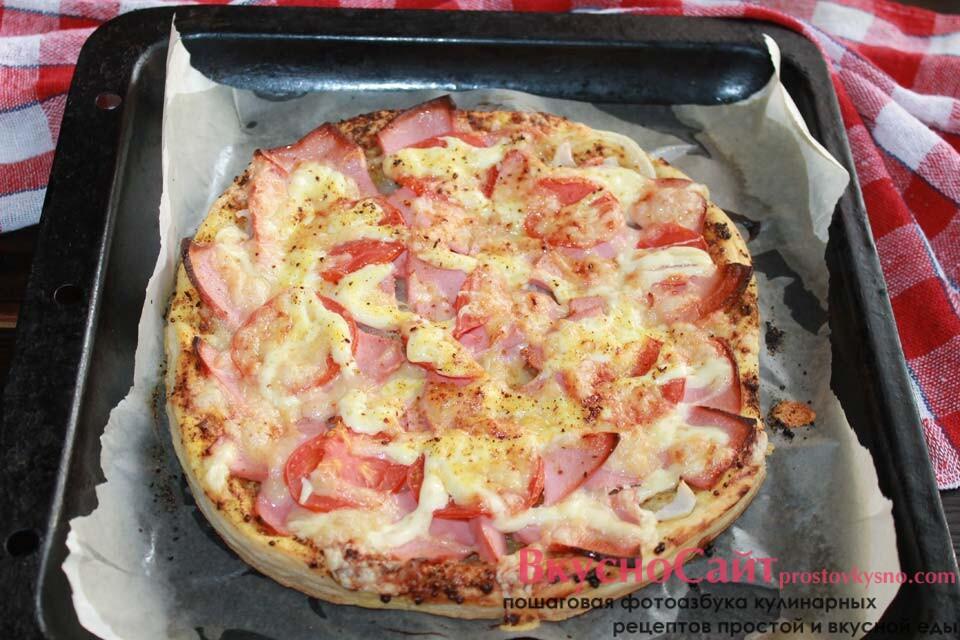 выпекаю пиццу в разогретой до 250 градусов духовом шкафу десять-пятнадцать минут