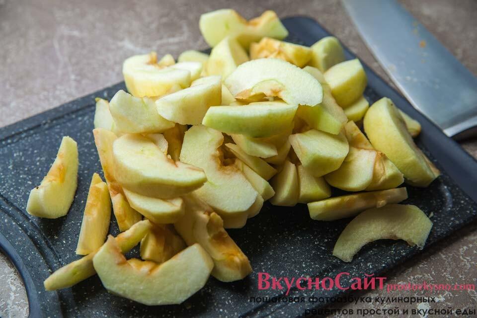 нарезаю яблоки на дольки толщиной не более 1 см.