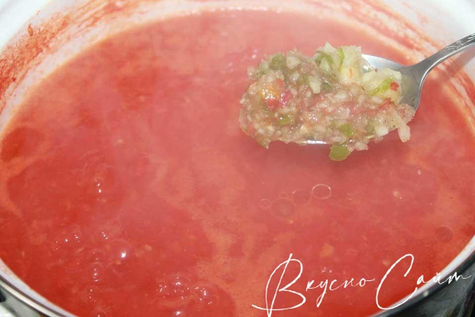 очищаю острый перец, удаляю семена и прокручиваю на мясорубке и добавляю в каструлю