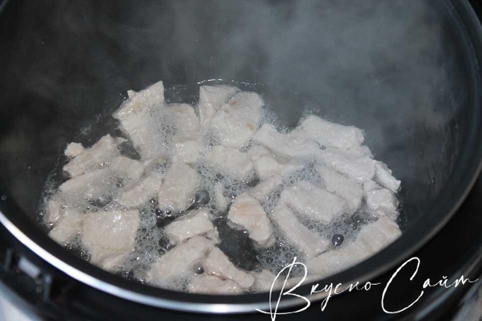 в чашу мультиварки наливаю масло, прогреваю его в режиме «Жарка», кладу мясные кусочки, обжариваю 5-7 минут