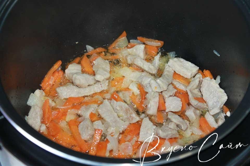 к мясу добавляю овощи, перемешиваю специальной лопаткой, жарю 5 минут