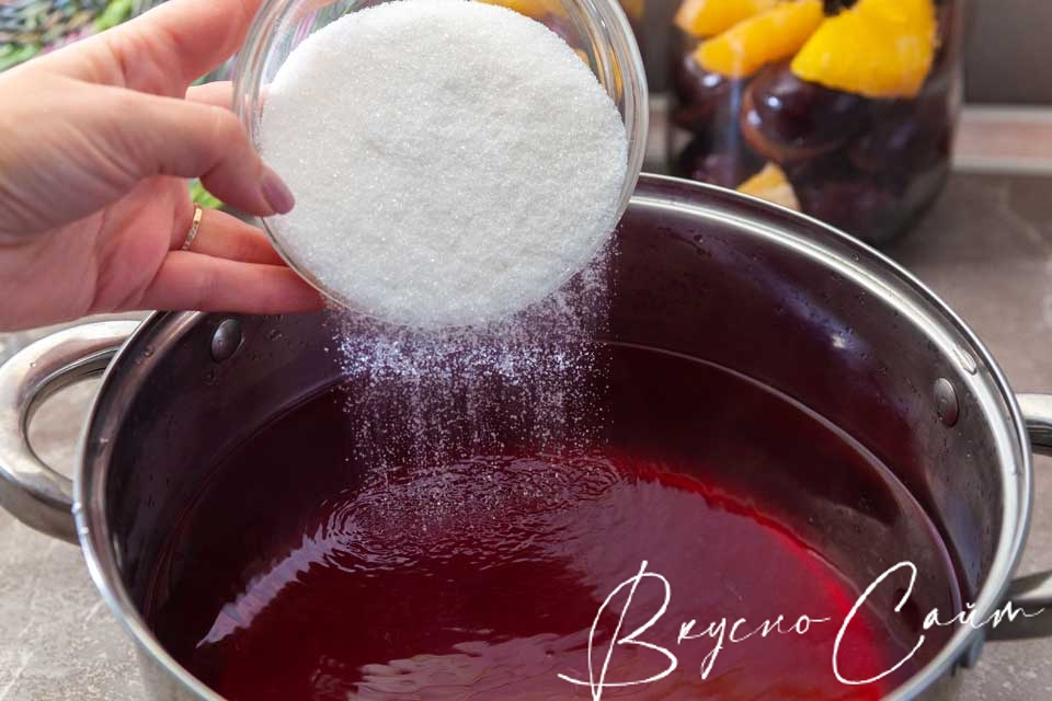 добавляю в кастрюлю сахар