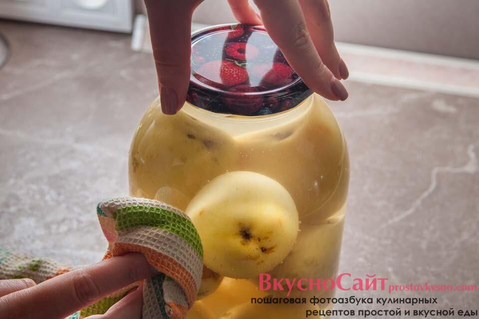 закатываю бутыль с компот из целых яблок Белый налив крышкой