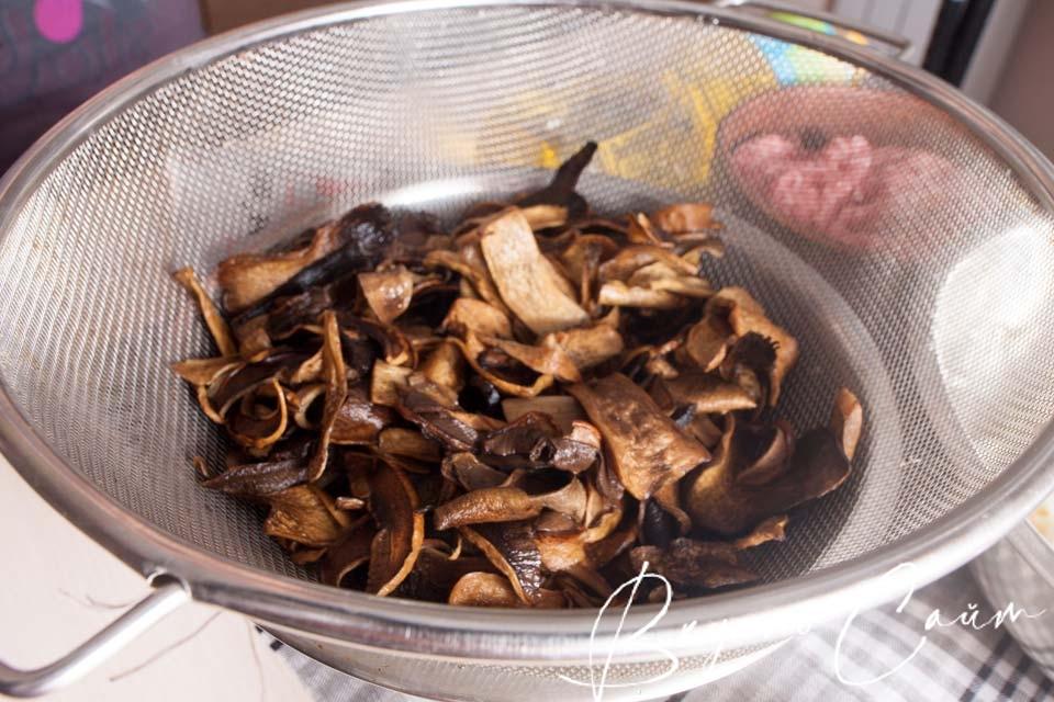 сливаю полностью воду с грибов при помощи дуршлага