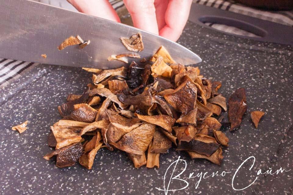 лесные грибы произвольно измельчаю