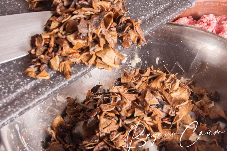 нарезанные грибы отправляю в миску с картофелем