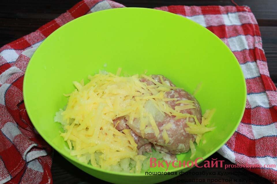 тру на крупной терке картофель, перекладываю его в миску с фаршем и луком