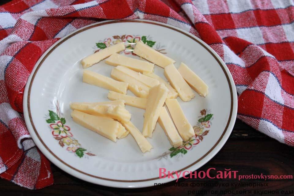 твердый сыр режу брусочками длиной 3 сантиметра, толщиной – 1 см