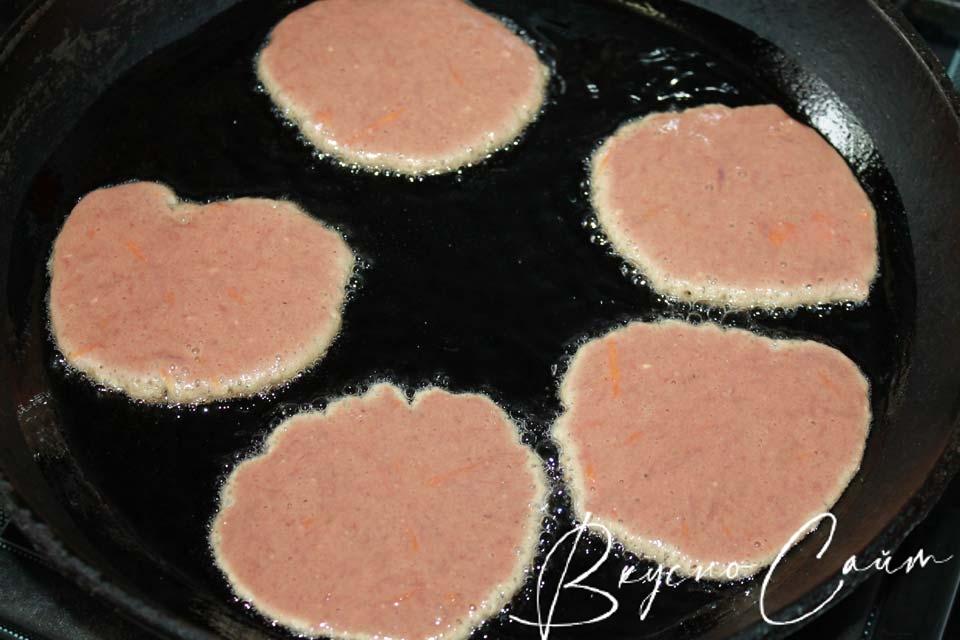 в сковородку вливаю подсолнечное масло, разогреваю его, выкладываю Печеночные котлеты с морковьюпри помощи столовой ложки, жарю минуту на медленном огне