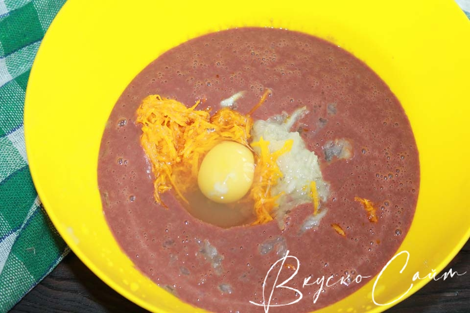 разбиваю куриное яйцо в миску с остальными компонентами