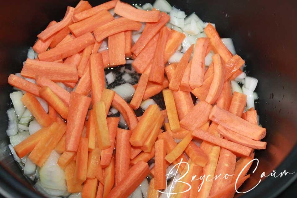 морковь очищаю, ополаскиваю, режу брусочками, отправляю к луку жариться минут 5