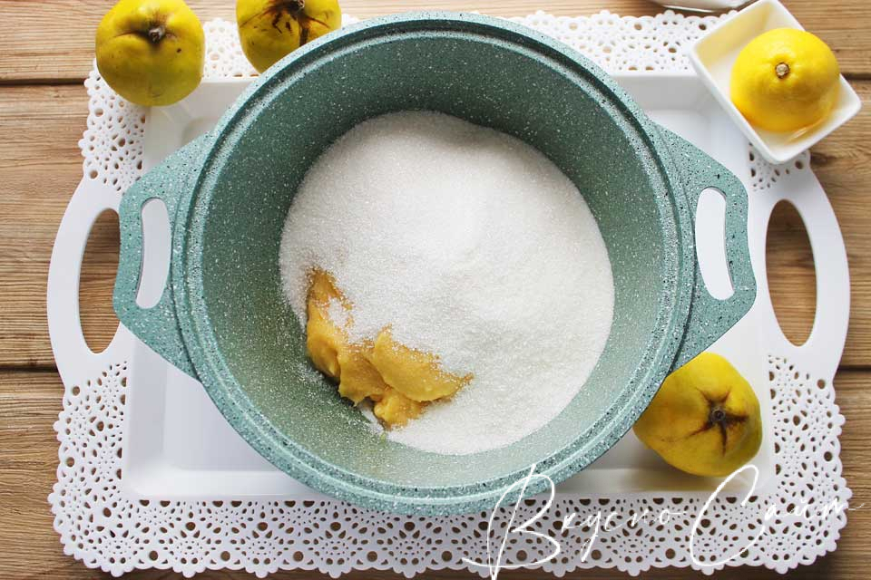 добавляю сахар, вес которого равен весу варёной айвы