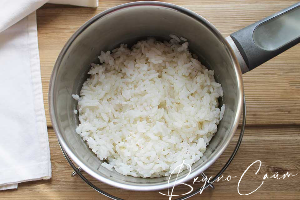 в кипящую подсоленную воду высыпаю рис, перемешиваю, затем огонь убавляю до малого и варю под крышкой 15 – 20 минут