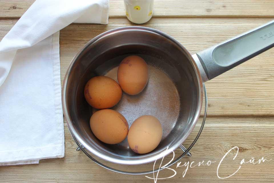 яйца выкладываю в кастрюлю, заливаю холодной водой, довожу до кипения и варю 10 минут