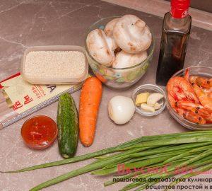 ингредиенты для приготовления гречневой лапши с креветками и овощами