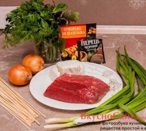 для приготовления люля-кебаба в духовке мне понадобиться: говядина, сало, лук, специи и зелень